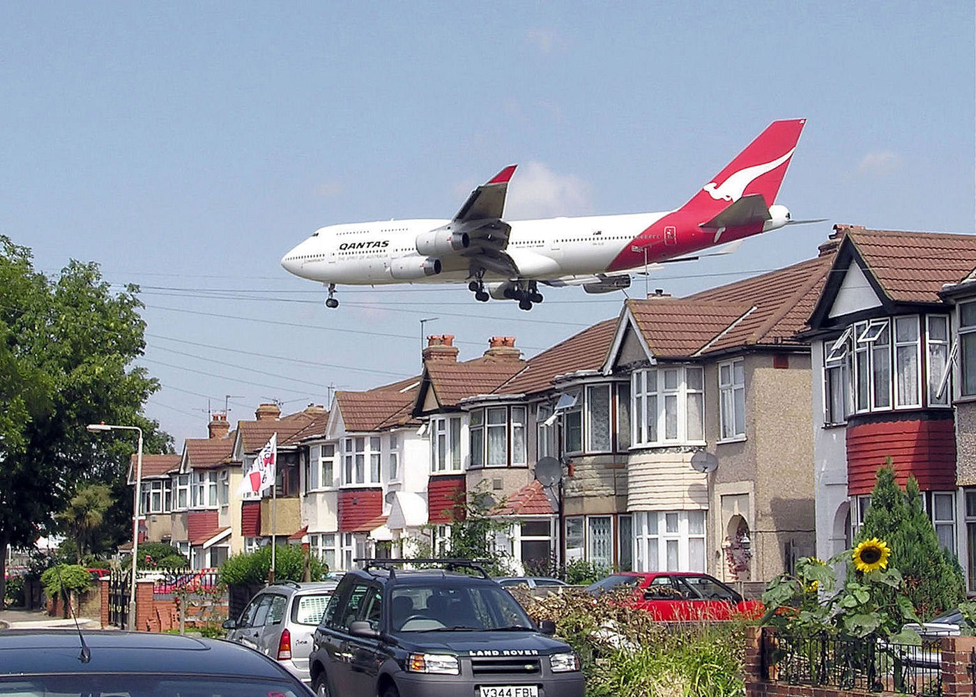 A Qantas Boeing 747-400 approaching runway 27L at London Heathrow Airport