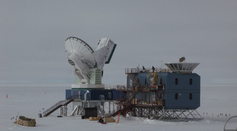 == {{int:filedesc}} == {{Information |Description ={{en|1=The Dark Sector Laboratory at [[:en:Amundsen–Scott South Pole Station|Amundsen–Scott South Pole Station]]. At left is the [[:en:South Pole Telescope|South Pole Telescope]]. At right is the...