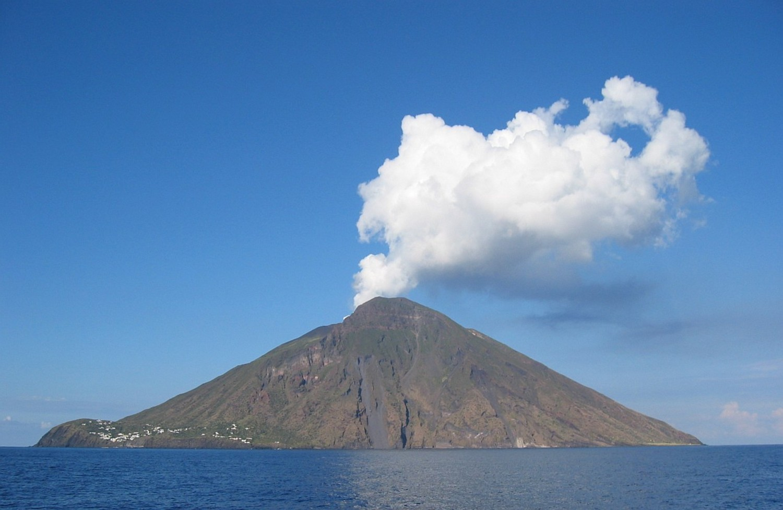Volcanic eruptions of Stromboli in 2004