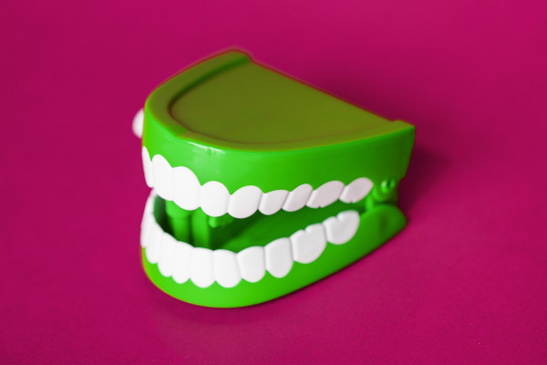 Green comedy chattering teeth