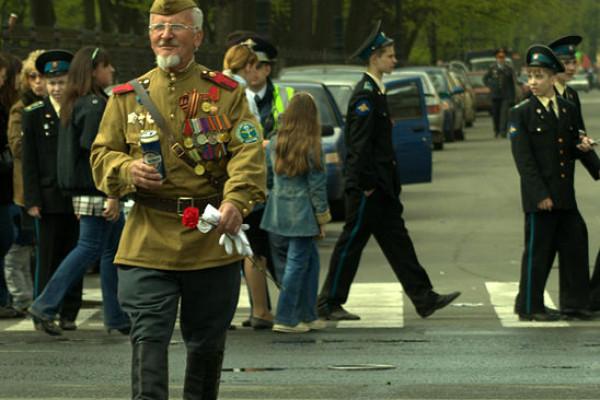Dashing war veteran and cadets.