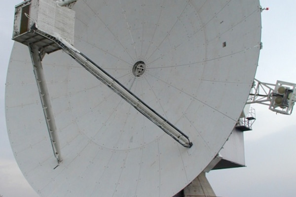 A photograph of the 25 metre steerable antenna at the Chilbolton Observatory.