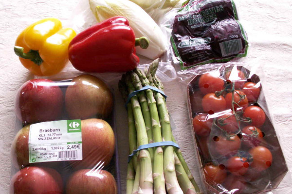 A picture of a collection of healthy (low-calorie) snacks. These include (from left to right): paprika, endives, beetroots, apples, asperges, and cherry tomatoes