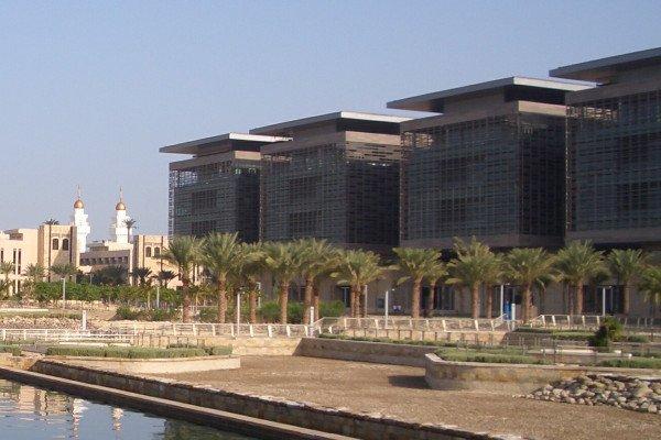 English: Laboratory buildings at KAUST with town buildings and town mosque on the left, 2011 photo Čeština: Laboratoře Technické a přírodovědecké univerzity krále Abdalláha pobliž Džiddy