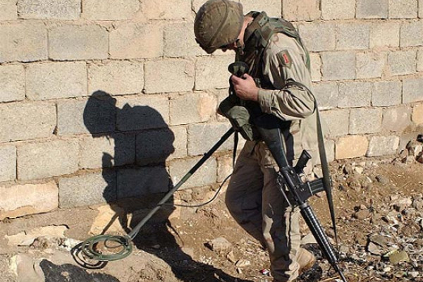 A U.S. Army soldier using a Schiebel AN 19/2 MOD7 metal detector