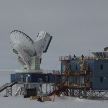 == {{int:filedesc}} == {{Information |Description ={{en|1=The Dark Sector Laboratory at [[:en:Amundsen–Scott South Pole Station|Amundsen–Scott South Pole Station]]. At left is the [[:en:South Pole Telescope|South Pole Telescope]]. At right is the...