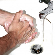 Person washing his hands